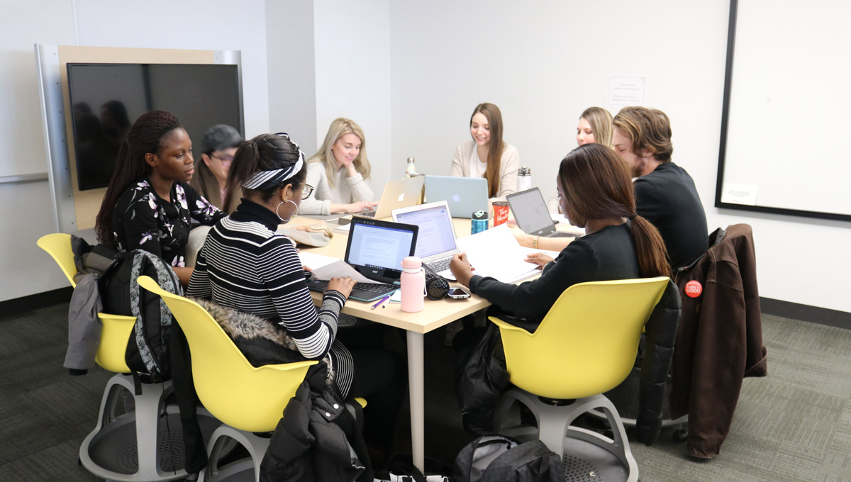 Students in Carleton's E-Volunteering course.