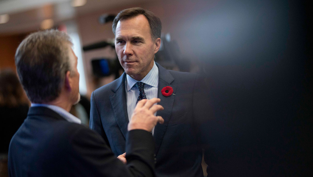 Bill Morneau speaks to an event attendee. The Honourable Bill Morneau, Minister of Finance, on behalf of the Honourable Amarjeet Sohi, Canada's Minister of Natural Resources, announced changes to Canada's Energy Efficiency Regulations to help Canadian homes and businesses save money by using more energy-efficient products. The announcement took place at Carleton in October 2018.