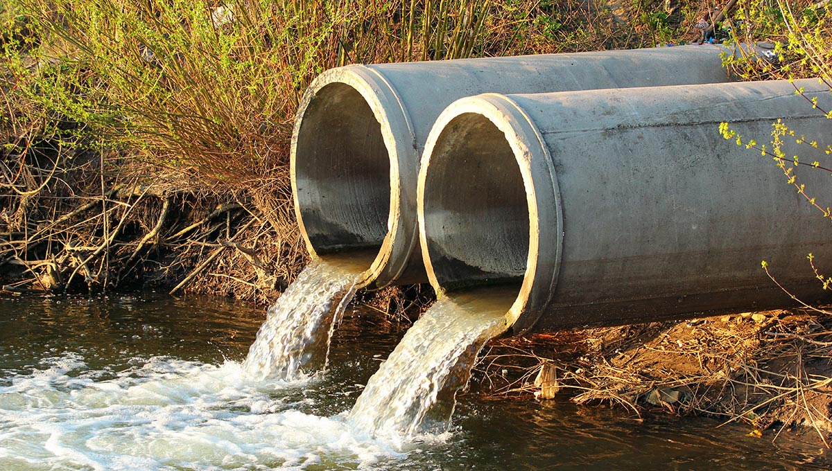 Sewage water is discharged into a river (Photo: iStockphoto/aquatarkus)