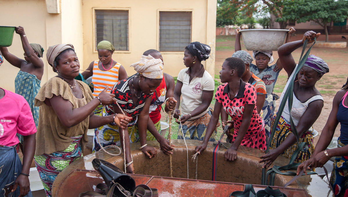 Women collecting water in one of the drinking water wells built by Spanish missionaries in Fo Bouré, Benin.