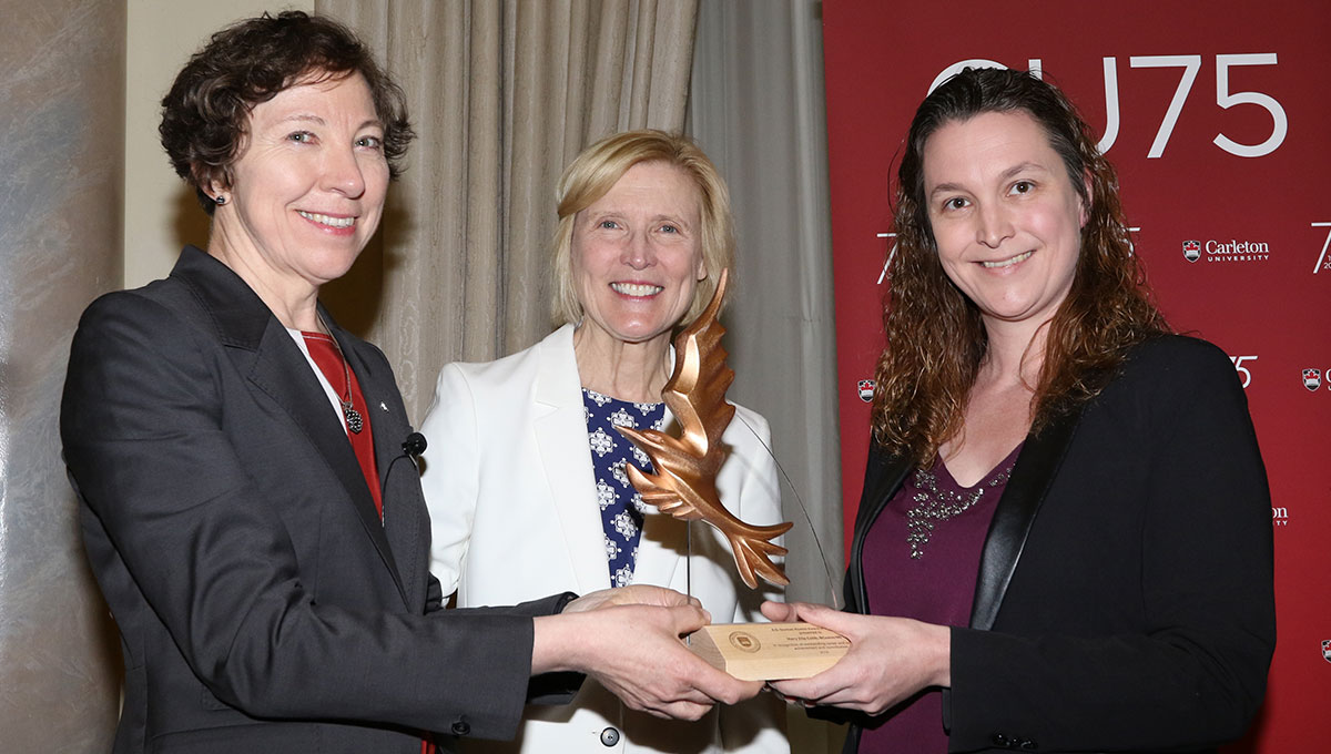 Zita Cobb receives the A.D. Dunton Award from President Roseann Runte and Alumni Association President Louise Hayes